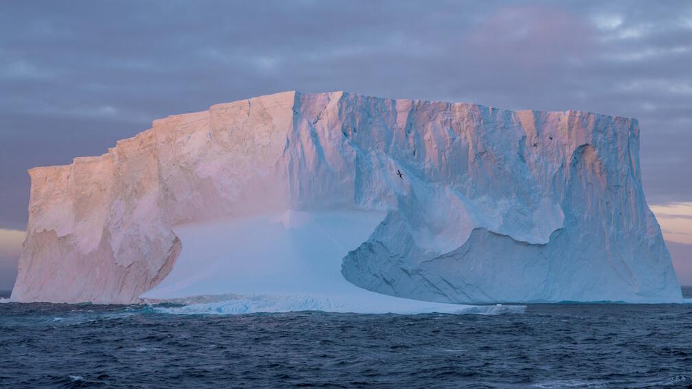 Un iceberg tabulaire au large de la péninsule antarctique