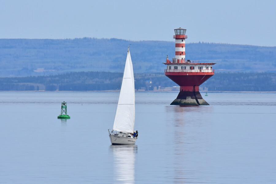 Un voilier près du phare du haut fond prince