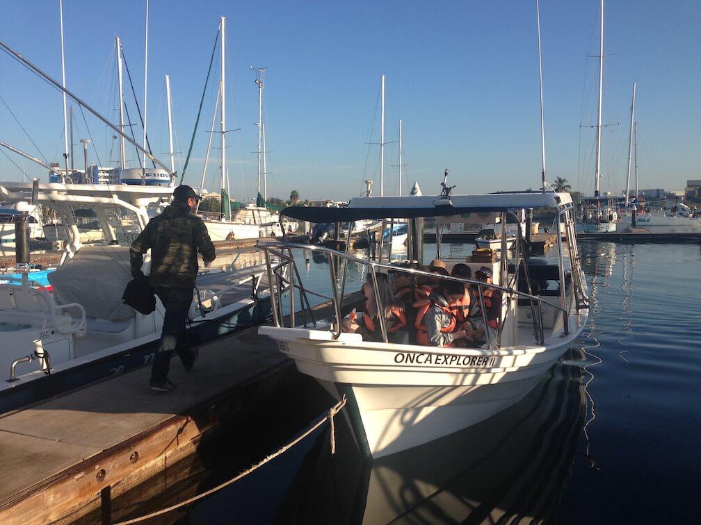 Un bateau d'observation amaré au quai de Onca Exploration