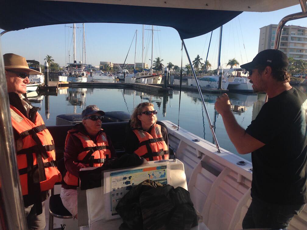 Oscar Guzon, directeur d'Onca Explorations, offre une formation sur l'observation des rorquals à bosse.
