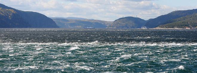 On voit deux teintes de couleurs d'eau se rencontrer à l'embouchure du Saguenay, avec de forts clapotis.