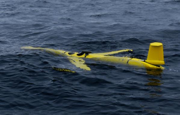 Un planeur ressemble à un petit avion jaune dans l'eau
