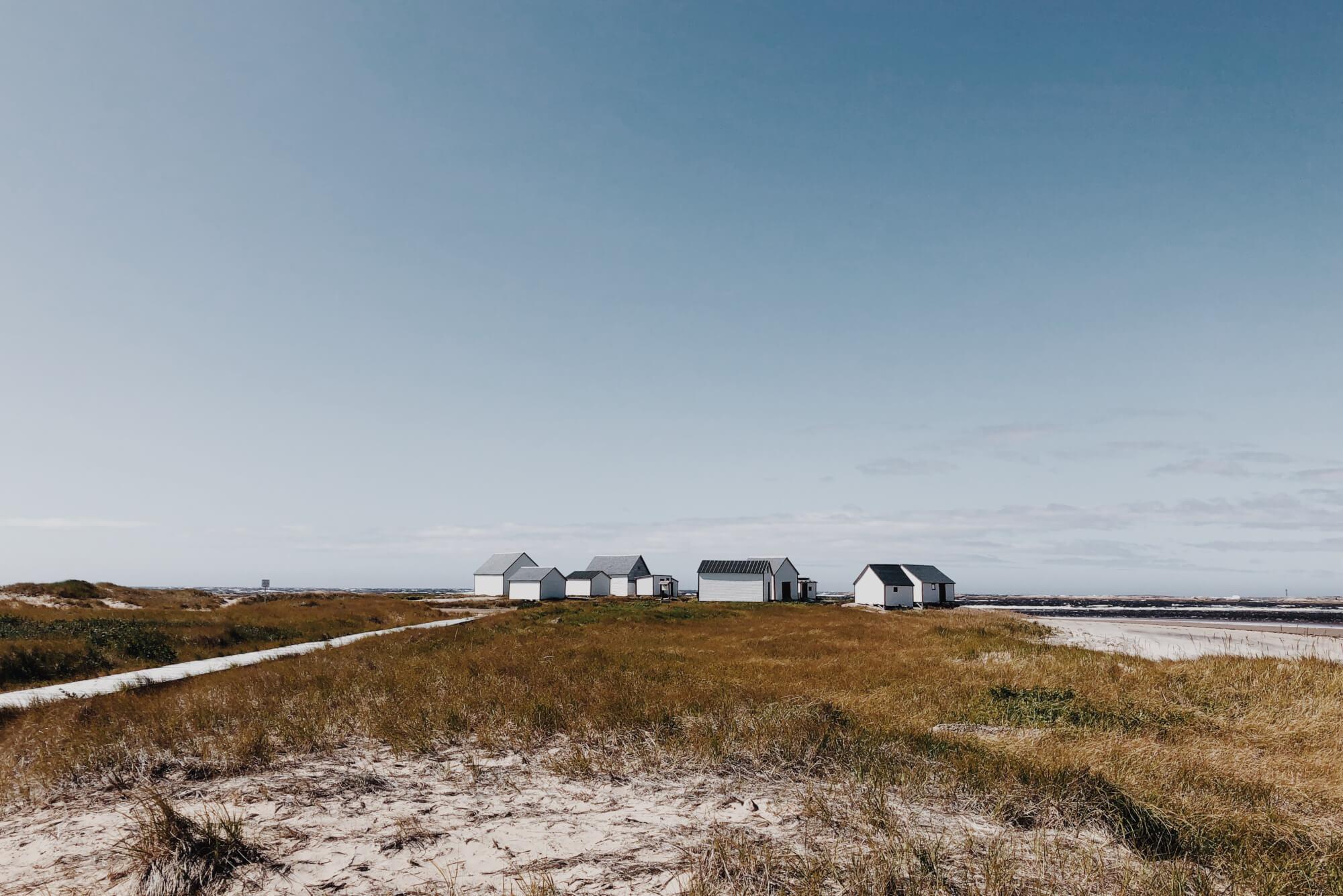Petites maisons blanches sur la pointe de Natasquan