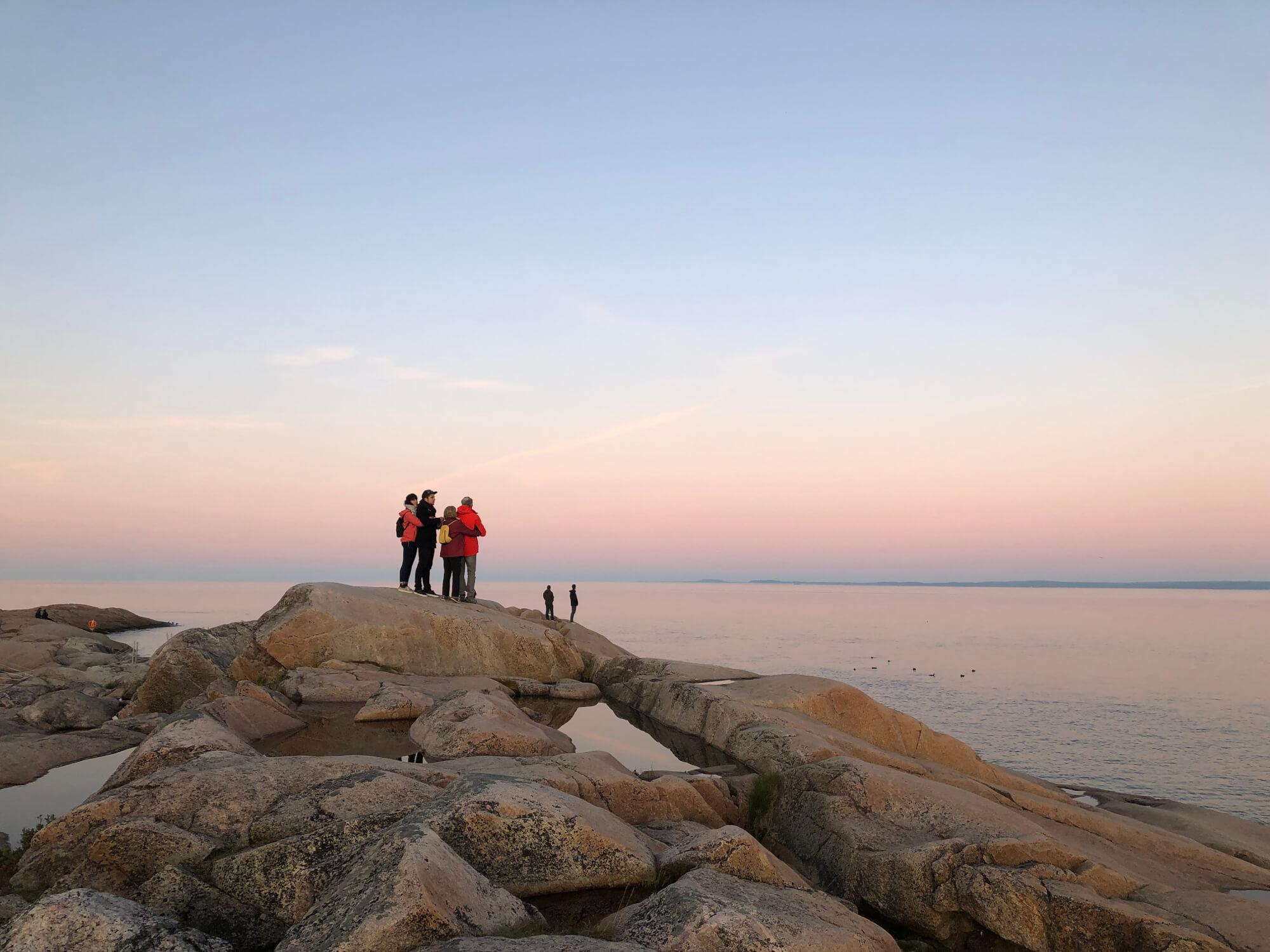 Observateurs sur les rochers au Centre d'interpretation et d'observation de Cap-de-Bon-Désir