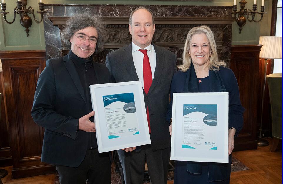 Robert Michaud, le Prince Albert II de Monaco et Diane Vachon tiennent les certificats d'adoption