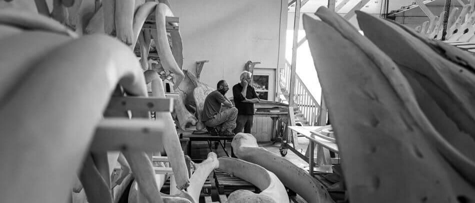 Michel Martin et Patrice au milieu d'un tas d'os de baleines.
