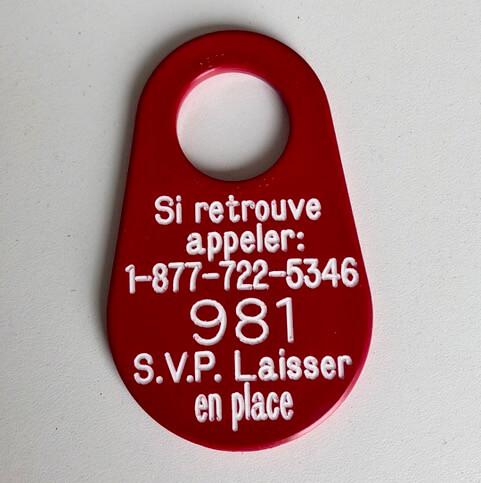 Étiquette du RQUMM inscrit «Si retourve appeler 1 877 722-5346 et le numéro de l'étiquette 981. Laisse en place»