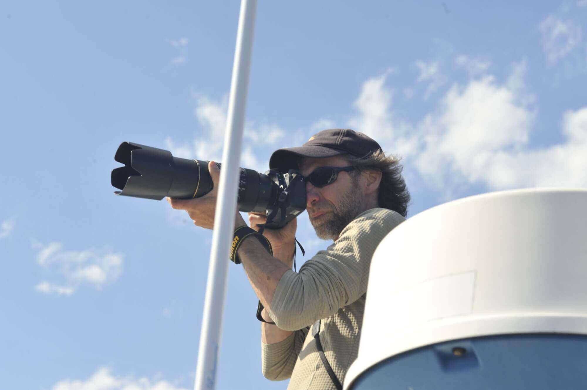 Le technicien prenant une photo.